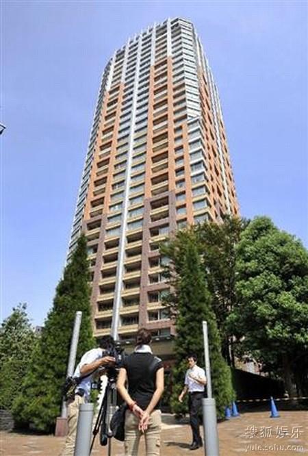 喜多川所住的公寓前聚集大量媒体