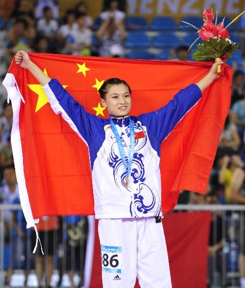 图文:大运跆拳道女子品势赛 张静静高举国旗
