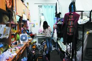 前日,北京大学一女生宿舍内堆满生活用品。