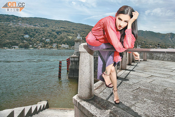 栢芝为now拍摄时装节目,大摆酷样,一尝做model滋味。