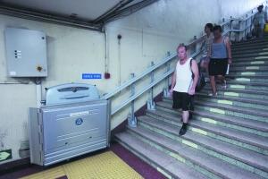 昨日,行人路过前门地铁站内的轮椅升降电梯。本报记者 王嘉宁 摄