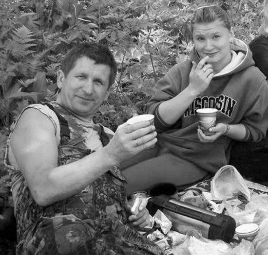 奥尔加(右)和她的继父都被黑熊吃掉