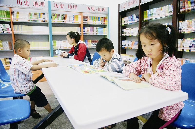 新华书店书架_长治市少儿图书馆成了暑期小朋友们的好去处-搜狐滚动