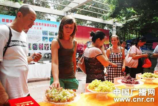中国本土性交视频_新疆举办吃葡萄大赛 冠军54秒吃1公斤葡萄(图)