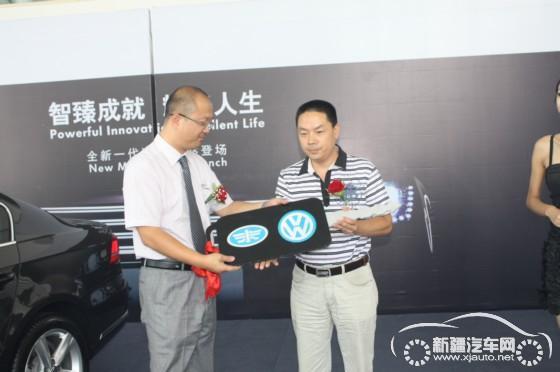 一汽-大众4s店总经理袁淑平先生为首位全新迈腾车主颁发车钥高清图片
