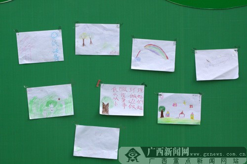 现场展示小朋友们亲手绘制的环保画。广西新闻网记者 刘洋摄