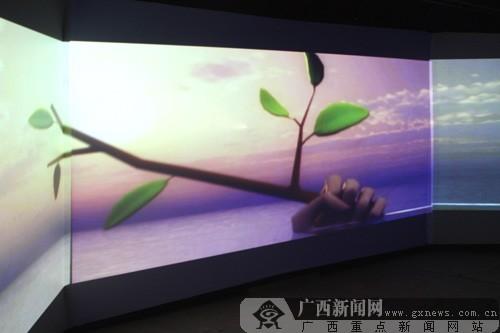 """室内""""鱼鱼乐""""影院体验区播放的环保宣传片。广西新闻网记者 刘洋摄"""