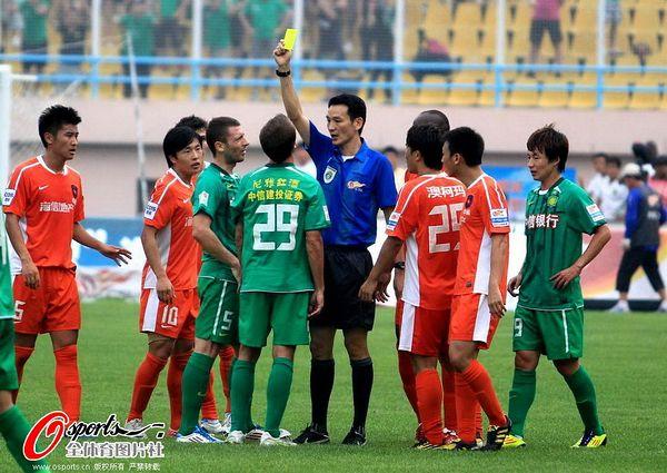 图文:[中超]青岛1-0北京 乔尔被出示黄牌