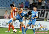 图文:[中超]江苏2-0山东 莱昂在比赛中