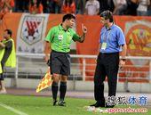 图文:[中超]江苏2-0山东 裁判警告鲁能主帅
