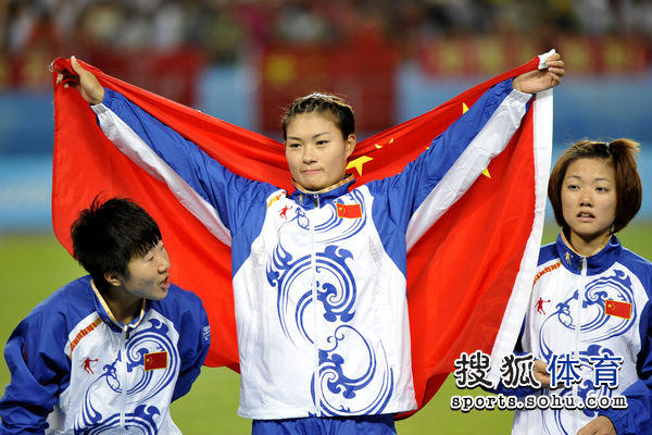 王飞高举国旗