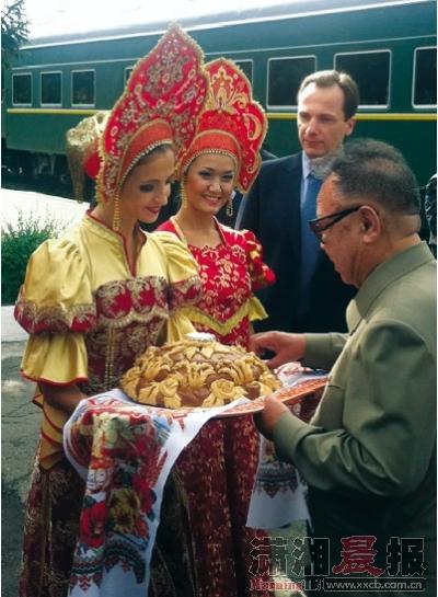 据新华社电 朝鲜最高领导人金正日21日乘火车抵达位于俄罗斯远东地区的阿穆尔州,在那里参观布列亚水电站。