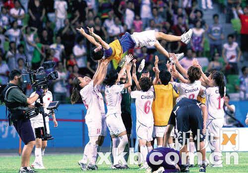 赛后,姑娘们将主教练王长权抛向空中。蓝衣者为日本队球员。新快报记者 李小萌 黎湛均/摄