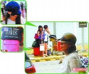 周妈妈(前)与昆凌(箭头处)一起回到台湾。