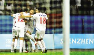 中国队球员庆祝进球。