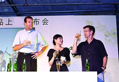 """""""徐静蕾""""现身啤酒节一起狂欢实为美女品酒师现场传""""酒经"""""""