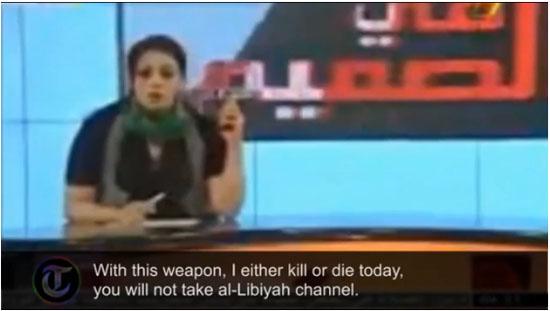 利比亚电视台女主播持枪出镜 视频截图