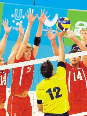俄罗斯队(红)与乌克兰队(黄)在比赛之中。深圳商报记者 薛云麾 摄