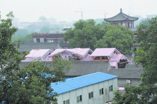 今年7月,晋翼会馆顶上正在修建。