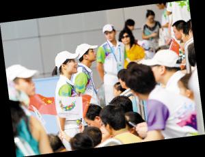 场馆里观众席第一排的志愿者,他们每天只能背对着运动员,面对观众。