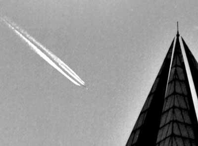 2002年12月10日,上海多名读者向媒体反映在西南天空发现梭形不明飞行物。据天文台工作人员介绍,这可能是云层中黄昏的阳光照射到喷气式飞机,反射出的耀眼光芒。