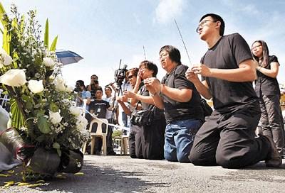 谢廷骏家人23日晨到黎剎公园进行路祭。