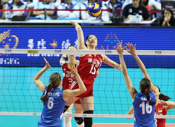 图文:中国女排2-3塞尔维亚 马蕴雯以一敌二