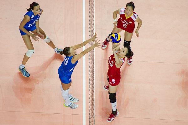 图文:中国女排2-3塞尔维亚 马蕴雯准备传球