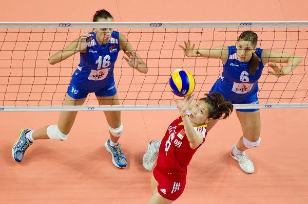 图文:中国女排2-3塞尔维亚 魏秋月传球