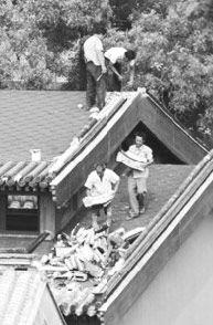 工人们正在改造罩顶部分。 据《新京报》