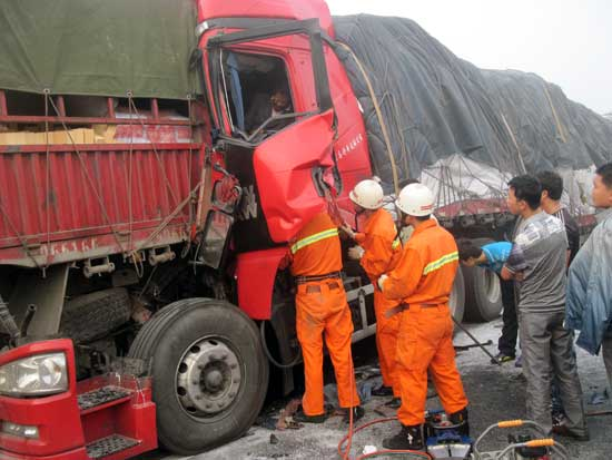 合肥:宁洛高速公路今发生连环车祸 被困人员全部获救