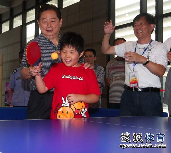 徐寅生亲自教小朋友打球