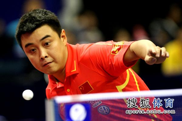 图文:王皓4-0冯晓全晋级王皓准备抽球西安红双喜乒乓球桌图片