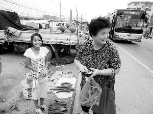 12岁女孩街头卖菜过暑假