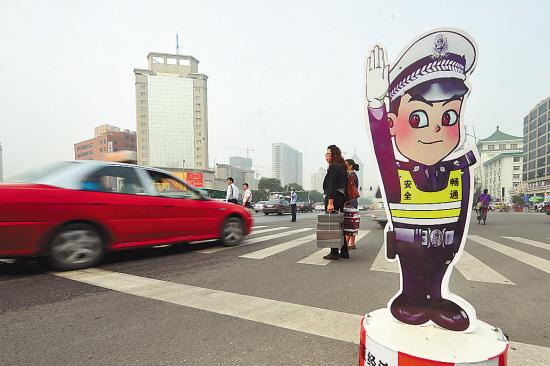 """当日,太原市交警部门将近百块""""卡通警察""""放置在市区各主要交通路口图片"""
