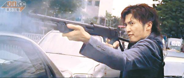 周杰伦与谢霆锋在《逆战》中的枪战戏,场面紧张。