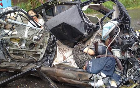 车祸死亡_四川发生惨烈车祸 轿车被撞碎3人死亡(图)