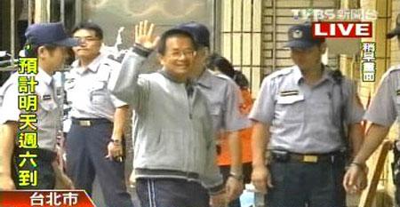 陈水扁出庭受审,露招牌微笑向媒体示意。 台湾TVBS
