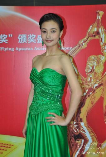 阎娜身着绿色礼服