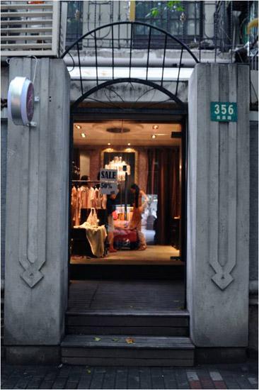 小店弧形和镂空造型的店门,一派欧式华丽的贵族范儿,华丽晶莹的吊灯