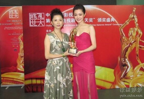 主演宋轶(右)与制片捧起飞天奖杯
