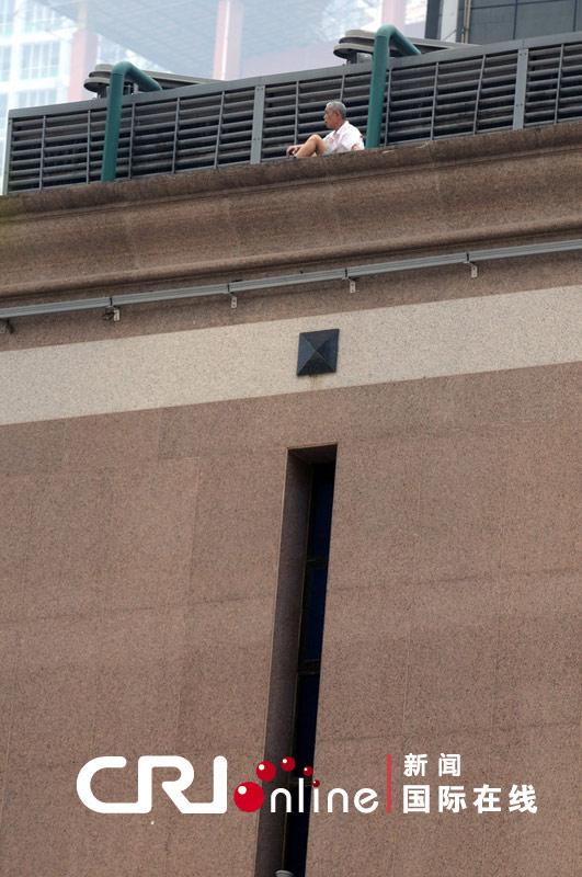 重庆解放碑一老人跳楼被警方说服 安全下楼(组图)图片