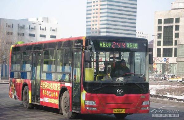 邢凯登上244路公交车检查全市公交延时服务情况