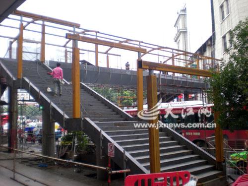 继钢结构主梁架设完成后,省城八一大道孺子路口人行天桥转入雨棚搭建