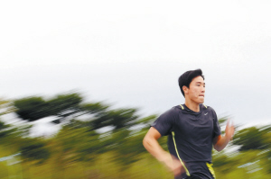 昨天,刘翔在大邱世界田径锦标赛训练场进行赛前适应性训练,世锦赛将于今天揭幕,男子110米栏预赛将于8月28日举行。