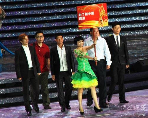 《为了新中国前进》剧组(右一为李健)