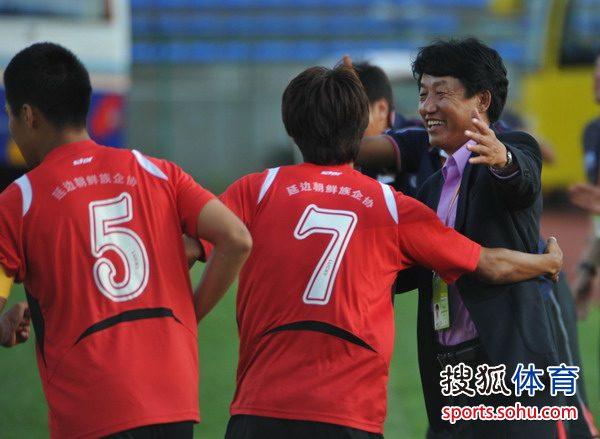 图文:[中甲]延边1-0八喜 郑相龙拥抱弟子