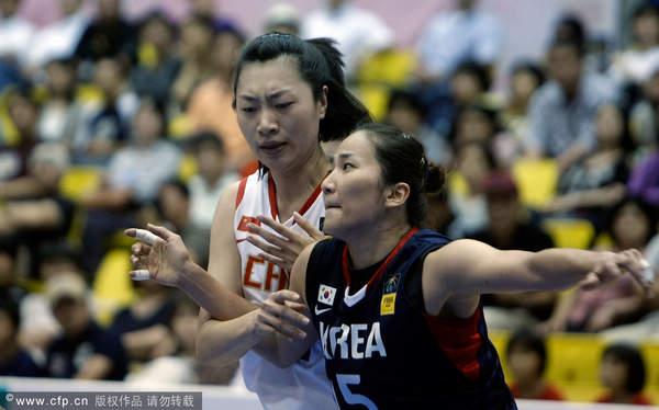 图文:[亚锦赛]女篮VS韩国 关馨篮下卡位