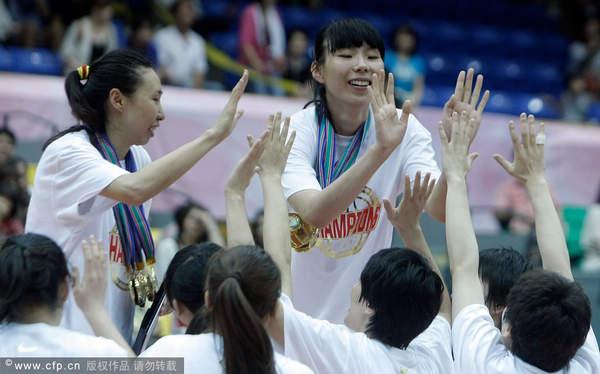 图文:[亚锦赛]女篮胜韩国 与队友击掌