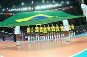 图文:美国女排3-0巴西夺冠 巴西队员站一排